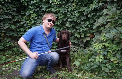Рома с собакой-проводником